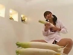 O cutie japonês Pigtailed agrada seu pêssego impetuoso com v grande