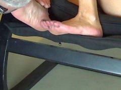 Ich schnüffeln und lecken die Füße von Himbeere