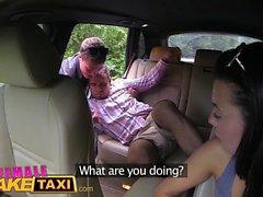 Kvinna Fake Taxi Expert kusse slickar gör föraren cum