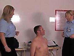 Одетые в форму любовницам инспектирующие Subs задницу