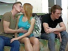 Cutie obtient baise grossière tandis que boyfriend montres