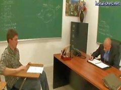 Возбужденный гей педагог передает до белокурую школьница и идет за студента стад