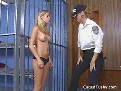 Un policier lesbien dit à une fille arrêtée d'étendre ses orteils