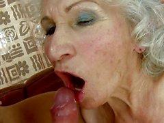 Frecher Großmutter bekommt einen Schluck Eroten Zahncreme