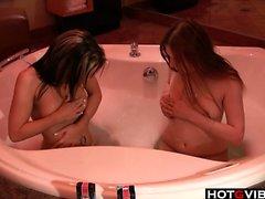 Namupalat hauskanpitoon keskenään kylpytynnyri