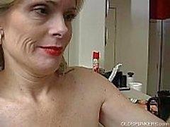 Di Super sexy della signora maggiore è così cornea che deve masturbano