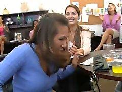 Netter gal bekommt ihre Muschi lecken, bevor sie gefickt.