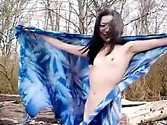 Aasian huora ei rantaa alasti poseeraus