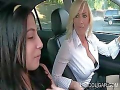Hete tiener poseren sexy voor lesbo cougar
