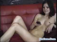Camgirl gótica masturbates con el dedo por la webcam