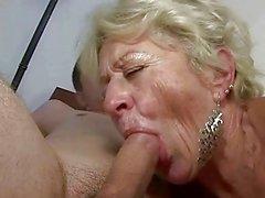 Oma en jongen genieten van harde sex