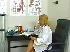 Busty blond läkare på hennes kontor