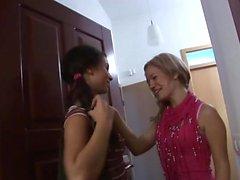 Amazing Babes wissen, wie man einen Dildo benutzt