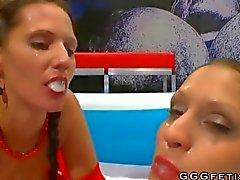 Des jolies filles indiquent cumswap et de sperme swallow