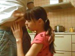Meine kleiner titted Mädchen in der Küche schlugen