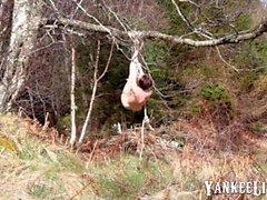 Nackte Selbst-Bondage im Wald schief gelaufen.