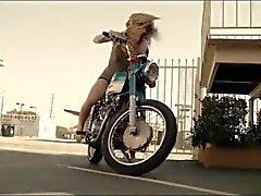 босые ноги начиная велосипеде