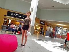 Offene jugendlich heiße Kurzen hosen des unverhohlenen Voyeur beim Einkaufszentrumeinkaufen