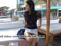 Suri _ Amateur brunette speelt met haar kutje in het openbaar