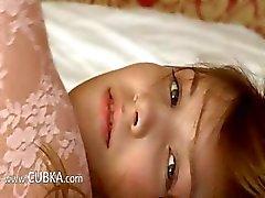 Petite 18yo meisje stelt zichzelf op bed