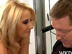 Homem beija a mocinha sexual e de ela obtém enchidos de disco