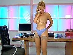 Foxy в ее столе в офисе УРК