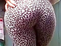 Jiggle asno apertado no leggins do leopardo