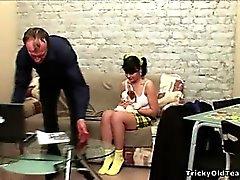 Горячий с черными волосами молодые куриных получает облизывал ее старым учителем