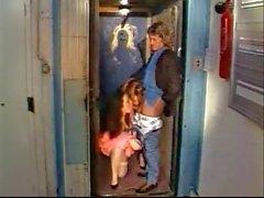 Detektiv in einem Aufzug