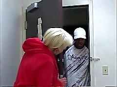 Schwarze dude hat wilde Oralsex zu vollbusige reife Blondine Bett
