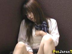 Азиатский подросток тереть киску