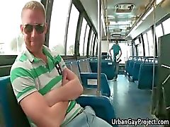 Män får plockas upp av en buss och få suga