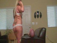 Hot BBW Blonde Facesitting auf der Couch