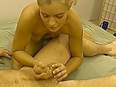 Petite blonde Amateur gf eine sexy Handjob geben