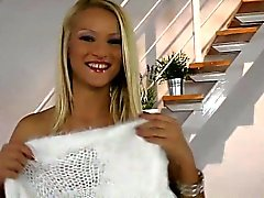 Blonde Teen Finger ihrer Muschi