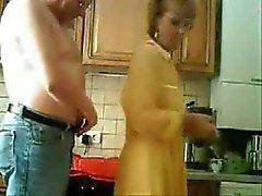 Mumie und Papa die Spaß in der Küche. Stolen Video