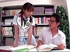 Schülerin saugt Schoolguy Reiten an seinem Schwanz Auf Den Stuhl in der Bibliothek
