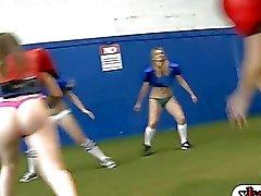Rookies machen aus mit Sorority Schwestern in Fußballfeldern