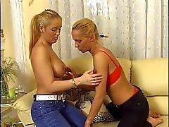 Lesbianas rubia de calientes se lamen las tetas en el al sofá