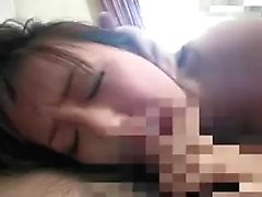 Houkutteleva Japanin tyttö roikkuu raskaan poraus T