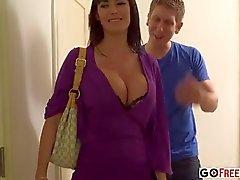 Morena pechugón Audrey Bitoni se con lencería negro sexy cogió en habitación del hotel