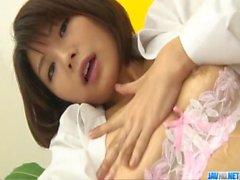 Von Azumi Harusaki nimmt Höschen für ein gutes Befriedigung