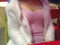 Chinesisches Mädchen hat Spaß in der Öffentlichkeit