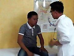 Jovencito de de Asia recupera un mamada el médico