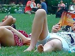 vakooja äiti ja nuori tytär puistossa osa 2