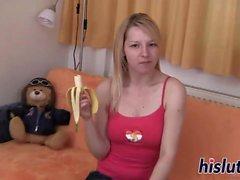 Kinky adolescente desliza los plátanos en su twat