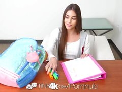 Tiny4k estudiante Morena Arielle Faye encaja enorme polla en su pequeño coño