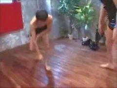 Японский Amazon Тиаки играет с Little Man