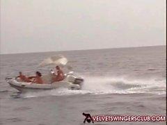 Velvet Swinger Club et de l'orgie gangbang sur un yacht A voir