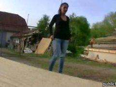 Onschuldige Tsjechische meisje overtuigd om een haan te rijden na het geven van hoofd